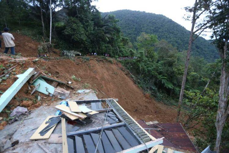 Pasca longsor di Kelurahan Battang Barat, Kecamatan Wara Barat, Kota Palopo, rumah warga rusak parah tertutup longsor, Jumat (26/06/2020)