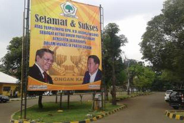 Spanduk raksasa bertuliskan ucapan selamat atas terpilihnya Agung Laksono sebagai Ketua Umum DPP Golkar, dipasang di Kantor DPP Partai Golkar, Jalan Anggrek Nelly, Slipi, Jakarta Barat, Selasa (16/12/2014).