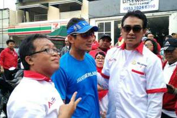 Calon wakil gubernur DKI Jakarta Sandiaga Uno (tengah) seusai berlari di Kemang, Jakarta Selatan, Minggu (1/1/2017).