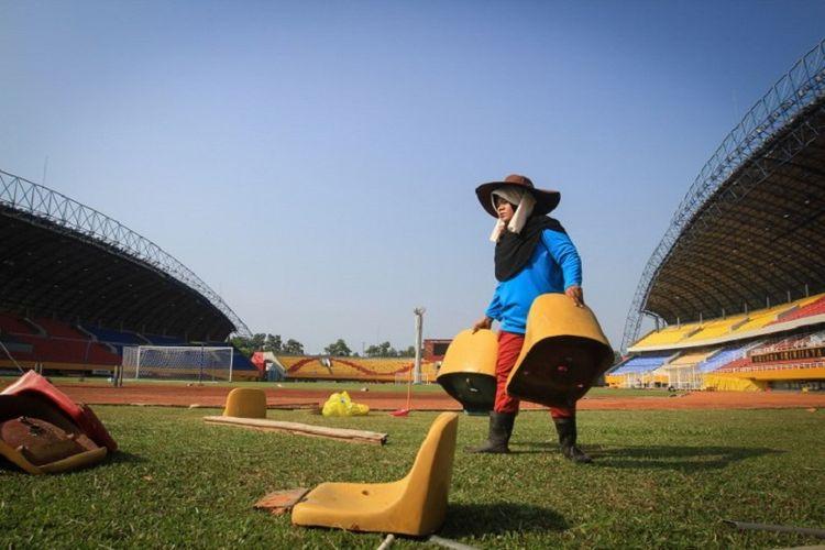 Petugas merapikan lapangan Stadion Gelora Sriwijaya Jakabaring, 22 Juli 2018.