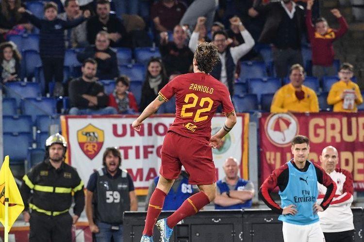 Nicolo Zaniolo merayakan golnya pada pertandingan AS Roma vs AC Milan dalam lanjutan Liga Italia di Stadion Olimpico, 27 Oktober 2019.