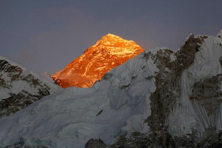 Dalam foto file 12 November 2015 ini, Puncak Gunung Everest terlihat dari jalan menuju Kalapatthar di Nepal.