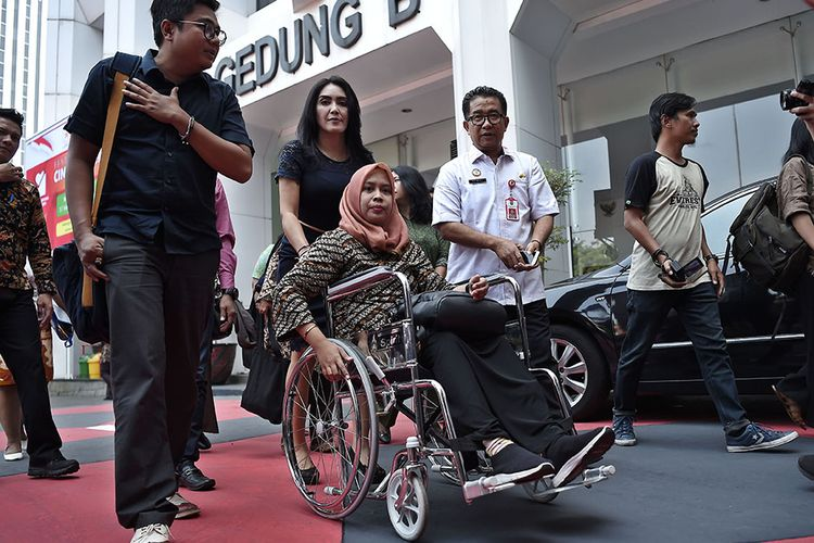 DrG Romi Syofpa Ismael (ketiga kiri) didampingi anggota Komisi VIII  DPR Rieke Diah Pitaloka (kedua kiri) berjalan untuk menemui Menteri Dalam Negeri (Mendagri) Tjahjo Kumolo di Jakarta, Rabu (31/7/2019). Romi yang sebelumnya gagal lolos CPNS meski menduduki peringkat pertama saat tes di Kabupaten Solok Selatan, Sumatera Barat itu mengadu ke Mendagri untuk mencari keadilan bagi dirinya.