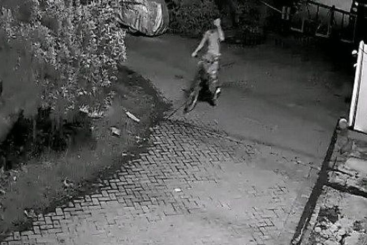 Tangkapan layar rekaman CCTV yang memperlihatkan terduga pelaku pencurian sepeda di Jalan Ngagel, Kebonsari, Surabaya, Jumat (6/11/2020).