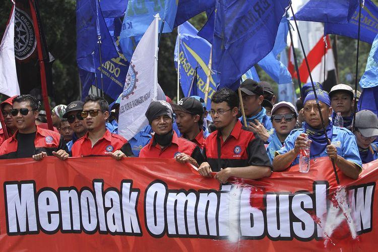 Sejumlah buruh mengikuti aksi unjuk rasa menolak RUU Omnibus Law di Depan Istana Merdeka, Jakarta, Kamis (30/1/2020). Aksi tersebut menolak pengesahan RUU Omnibus Law Cipta Lapangan Kerja sebab isinya dinilai akan merugikan kepentingan kaum buruh dengan mudahnya buruh di PHK serta pemberlakuan upah hanya bedasarkan jam kerja. ANTARA FOTO/Asprilla Dwi Adha/pd.