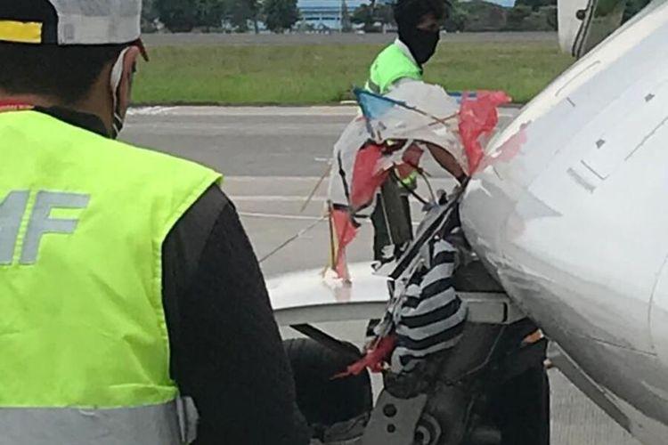 Layang-layang yang menyangkut di landing gear sebelah kiri pesawat Citilink pada Jumat 23 Oktober 2020. (Foto dokumentasi PT Angkasa Pura I Bandara Adisutjipto)