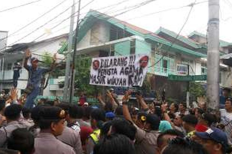 Aksi penghadangan massa terhadap Kunjungan kampanye calon wakil gubernur DKI Jakarta nomor urut dua, Djarot Saiful Hidayat di permukiman warga di Jalan Karanganyar, Pasar Baru, Jakarta Pusat, Senin (14/11/2016).