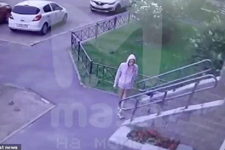 Potongan rekaman CCTV di Saint Petersburg, Rusia, menunjukkan seorang bintang porno dengan nama panggung Kristina si Rubah memasuki apartemennya sesaat sebelum dia ditemukan tewas karena meloncat dari lantai 22.