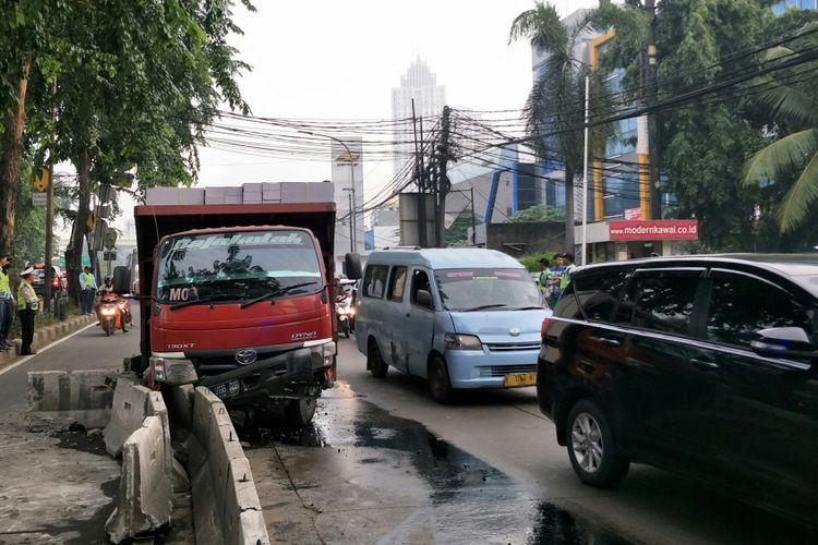 Sebuah truk bermuatan bata ringan atau hebel menabrak separator busway (pembatas jalur transjakarta) di Jalan Sultan Iskandar Muda, Kebayoran Lama, Jakarta Selatan, Jumat (23/2/2018) pagi.