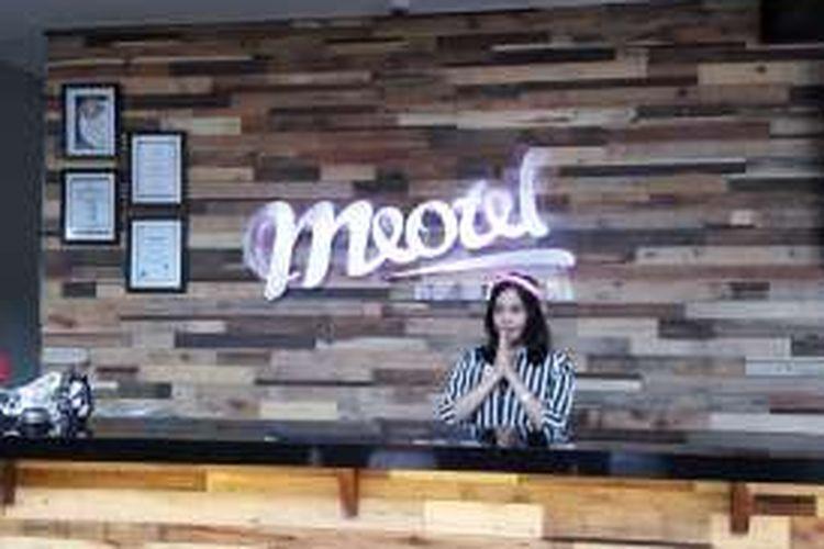 Receptionist Meotel Purwekerto ketika menyapa tamu, Rabu (17/8/2016). Hotel dengan konsep retro art, artistik dan gaya muda modern ini dikelola oleh Dafam Hotel Management.