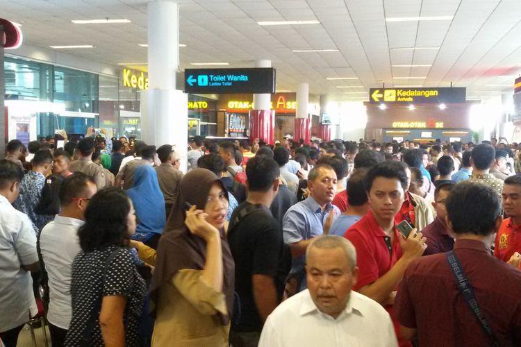 Berita foto : Anggota keluarga korban pesawat Lion Air JT 610 memadati Bandara Depati Amir, Pangkal Pinang, Senin (29/10/2018).