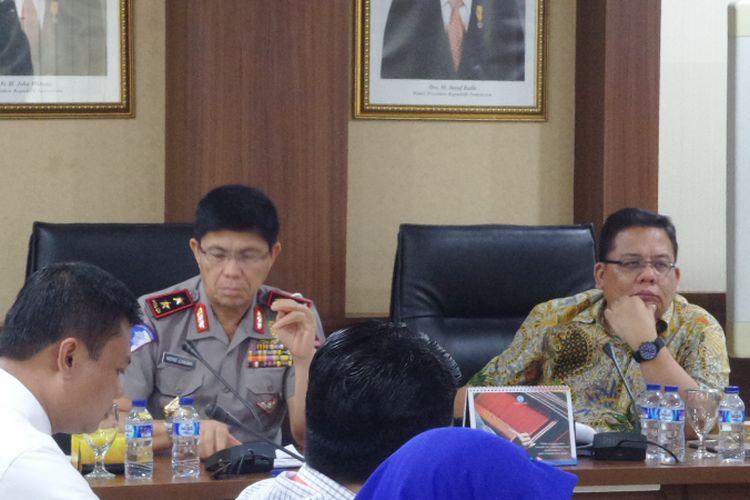 Komisioner Ombudsman RI Adrianus Meliala (kanan) dan Kepala Korlantas Polri Irjen Royke Lumowa dalam rapat koordinasi di Mako Korlantas Polri, Jakarta, Selasa (2/5/2017).