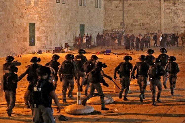 Pasukan keamanan Israel maju di tengah bentrokan dengan pengunjuk rasa Palestina di kompleks masjid al-Aqsa di Yerusalem, pada 7 Mei 2021.