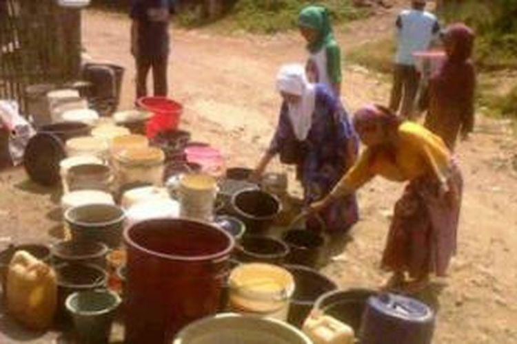 Warga Tasikmalaya mulai mengalami kesulitan air bersih memasuki musim kemarau tahun ini, Selasa (16/9/2014).