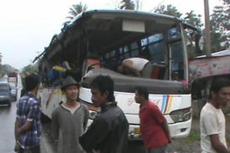 Kondisi bus PMS yang hancur pascatabrakan dengan truk pengangkut pasir di Desa Petatal, Kecamatan Talawi, Kabupaten Batubara, Sumatera Utara, Minggu (10/11/2013).
