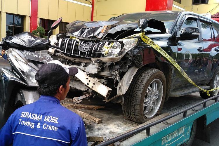 Seseorang melintas di depan mobil Prado milik hakim PN Medan Jamaluddin dan sepeda motor Honda Vario yang dikendarai Reza saat membuang jasad korban ke Kutalimbaru, Deli Serdang.