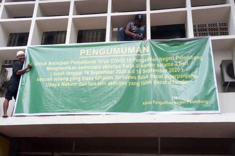 Spanduk pengumuman penutupan sementara aktivitas di Pengadilan Negeri Palembang karena didapati 23 karyawan yang reaktif setelah dilakukan rapid tes, Selasa (15/9/2020).