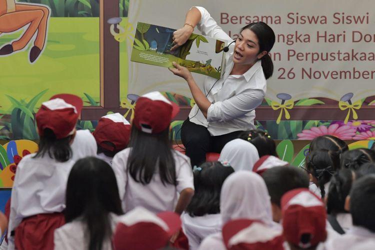 Istri Menteri Pendidikan dan Kebudayaan, Franka Nadiem Makarim berbicara di depan anak-anak saat Perayaan Hari Dongeng di Perpustakaan Kementerian Pendidikan dan Kebudayaan, Jakarta, Selasa (26/11/2019).