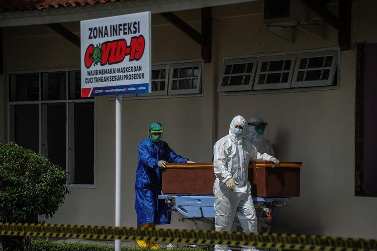 Tenaga kesehatan membawa jenazah pasien COVID-19 menuju mobil ambulans di RSUD Provinsi Jawa Barat Al Ihsan, Baleendah, Kabupaten Bandung, Jawa Barat, Kamis (17/6/2021). ANTARA FOTO/Raisan Al Farisi/rwa.