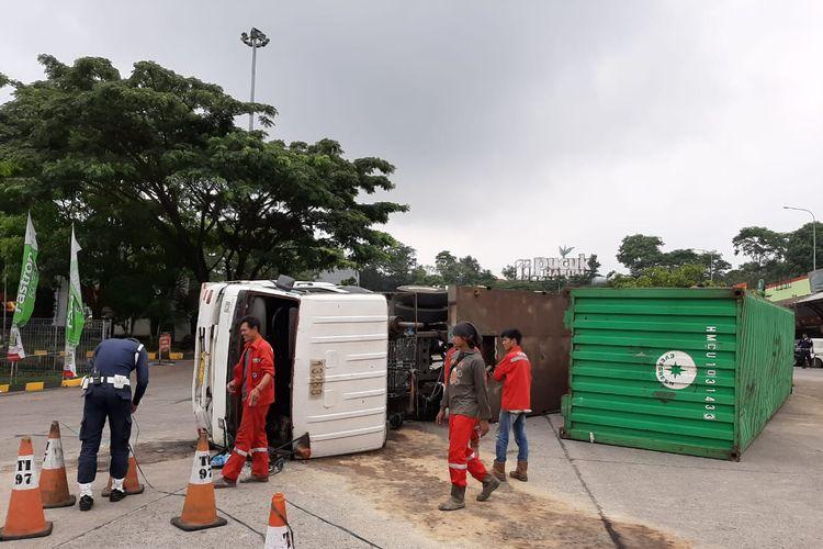 Truk trailer terguling di rest area KM 97 Cipularang