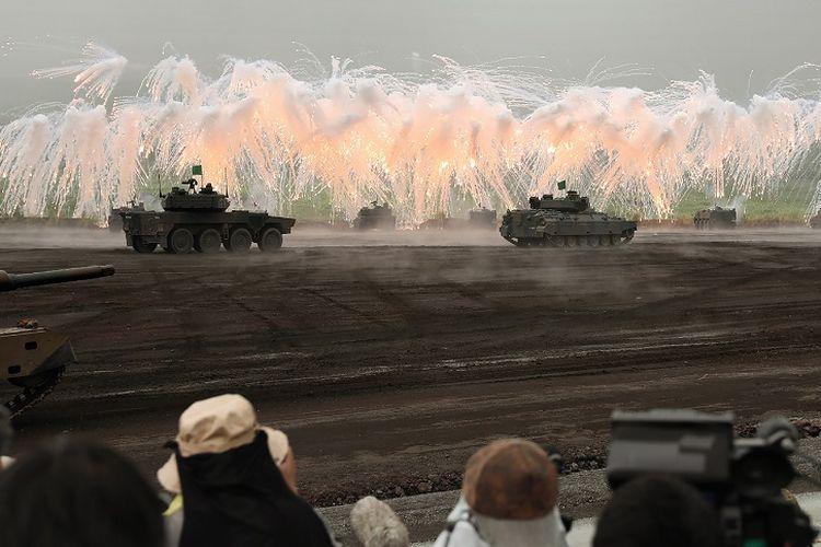 Sejumlah tank AD Darat Jepang sedang melakukan latihan menembak di lokasi latihan Higashi-Fuji, Gotemba di kaki Gunung Fuji, Prefektur Shizuoka pada Minggu (26/8/2018).