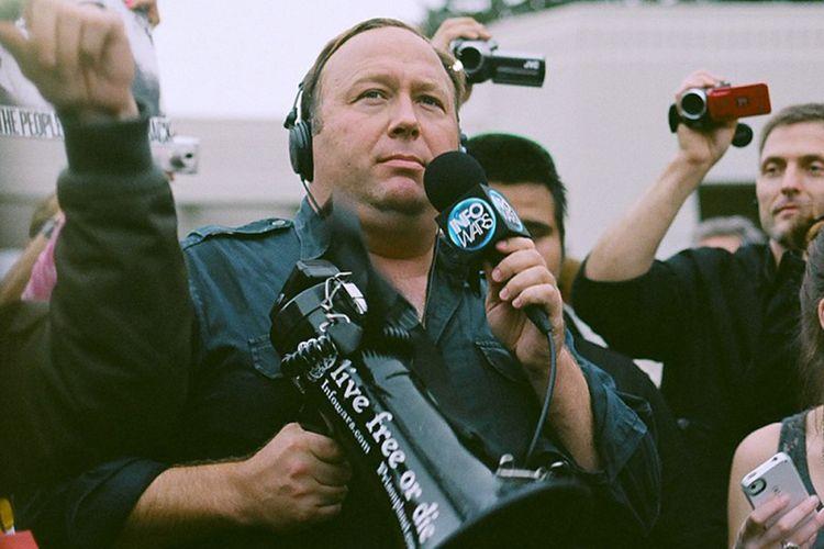 Alex Jones dalam sebuah protes di Dallas, AS, tahun 2014.