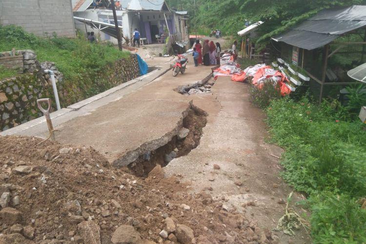 Jalan terbelah sepanjang kurang lebih 40 meter di Sawahlunto akibat adanya pergerakan tanah atau deformasi.