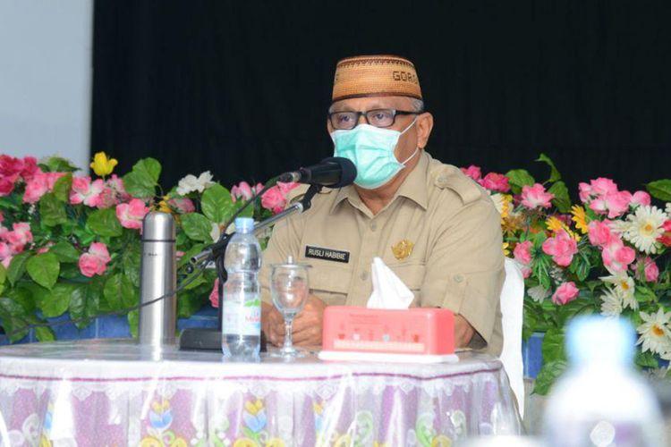 Gubernur Gorontalo Rusli Habibie resah dengan masih belum konsistennya masyarakat menerapkan protokol kesehatan di pusat keramaian