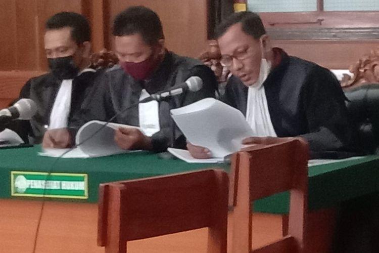 Kuasa Hukum Ardi Pratama Saat Membacakan Esepsi Beberapa Waktu Saat Sidang Di PN Surabaya.