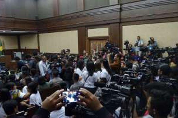 Rombongan keluarga Wayan Mirna Salihin (kaus putih di tengah) kesulitan saat memasuki ruang sidang Pengadilan Negeri Jakarta Pusat, Kamis (27/10/2016) siang. Pihak keluarga yang ingin melihat sidang putusan terhadap Jessica Kumala Wongso kesulitan memasuki ruangan karena membludaknya pengunjung.
