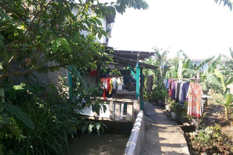 Salah satu rumah yang berdiri di atas parit yang mengalir di RT 03/RW 06 Kelurahan Jatipadang, Pasar Minggu, Jakarta Selatan.