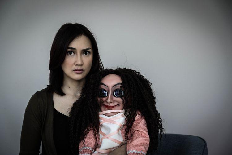 Sara Wijayanto berpose bersama boneka Sabrina usai wawancara promo film Sabrina di Menara Kompas Gramedia , Palmerah Selatan, Jakarta, Rabu (09/5/2018). Film garapan rumah produksi Hitmaker Studios yang bergenre horor tersebut akan tayang pada 12 Juli 2018.