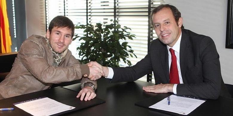 Bintang Barcelona, Lionel Messi, berjabat tangan dengan Presiden FC Barcelona Sandro Rossel, usai penandatanganan kontrak pada 2013. Gambar diambil pada 2 Februari 2013.