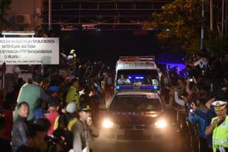 Mobil ambulans yang membawa para terpidana mati kasus narkoba mulai keluar dari Nusakambangan, Rabu (29/4/2015) dini hari setelah eksekusi dilakukan.