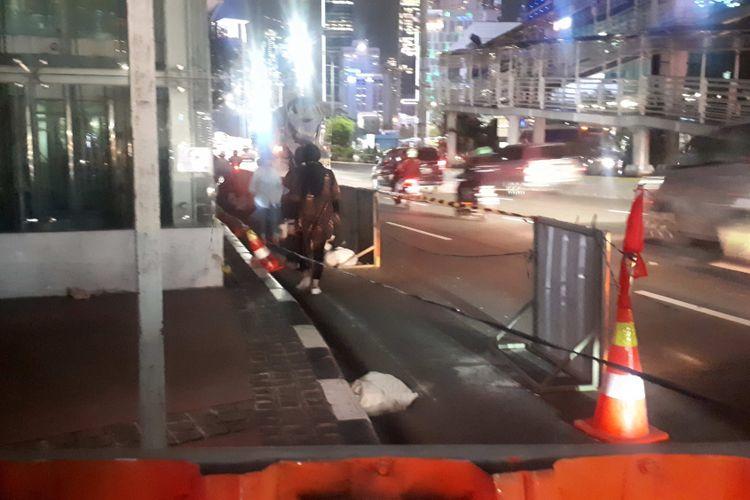 Para pekerja telah memasang seng pembatas di samping JPO Tosari sebagai akses bagi para pejalan kaki yang akan menuju pelican crossing.