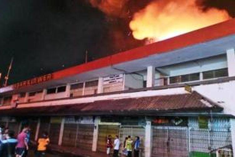 Situasi kebakaran di Pasar Klewer, Solo, Sabtu (27/12/2014) malam.