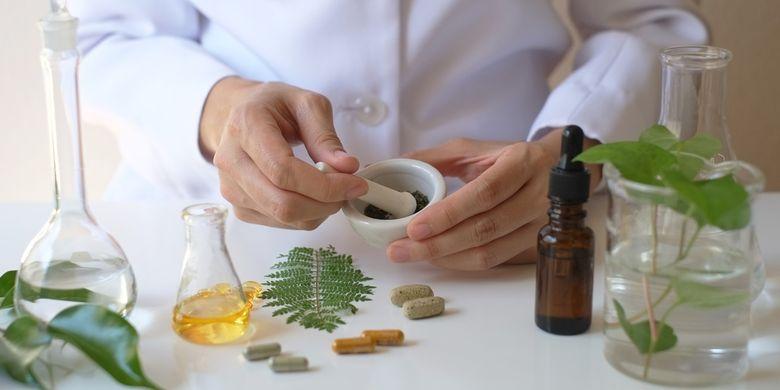 Ilustrasi obat herbal, ilmuwan sedang meracik obat herbal.