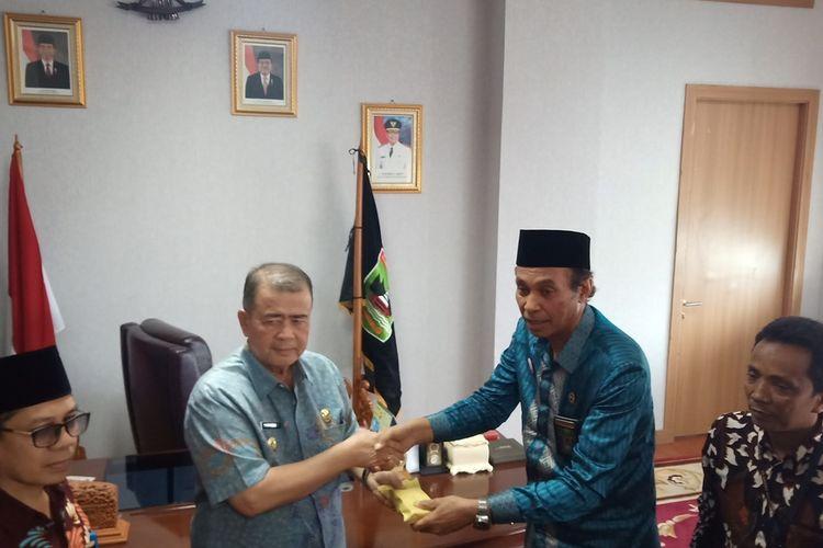 Wagub Sumbar Nasrul Abit (kiri) menerima sumbangan dari perwakilan Pengadilan Tinggi Agama Sumbar, Rabu (2/10/2019) di ruangan kerja Wagub