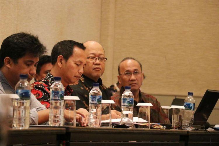 Peneliti National Support for Local Investment Climates (NSLIC), Mukti Asikin saat  merilis hasil survei tentang daya saing ekonomi Provinsi Gorontalo dan Provinsi Sulawesi Tenggara