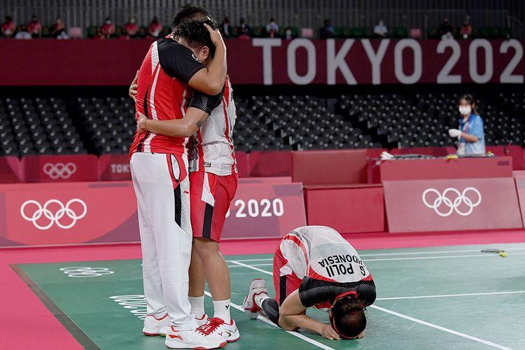 Pebulu tangkis ganda putri Indonesia Greysia Pollii/Apriyani Rahayu melakukan selebrasi dengah pelatih mereka Eng Hian setelah mengalahkan lawannya ganda putri China Chen Qing Chen/Jia Yi Fan dalam final Olimpiade Tokyo 2020 di Musashino Forest Sport Plaza, Tokyo, Jepang, Senin (2/8/2021). Greysia Pollii/Apriyani Rahayu berhasil meraih medal emasi setelah mengalahkan Chen/Jia Yi Fan dua set langsung dengan skor 21-19 dan 21-15.