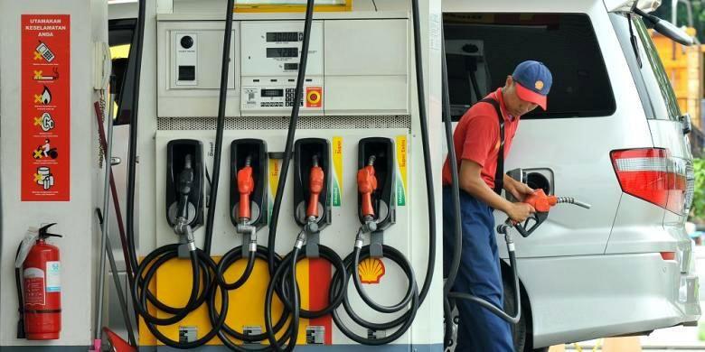 Petugas melayani pelanggan di SPBU Shell Slipi, Jakarta Barat.