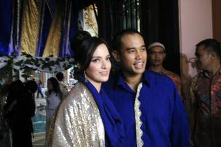 Nia Ramadhani dan sang suami, Ardi Bakrie, diabadikan usai menggelar syukuran tujuh bulan kehamilan Nia, di kediaman mereka di kawasan Menteng, Jakarta Pusat, Sabtu (19//9/2015).