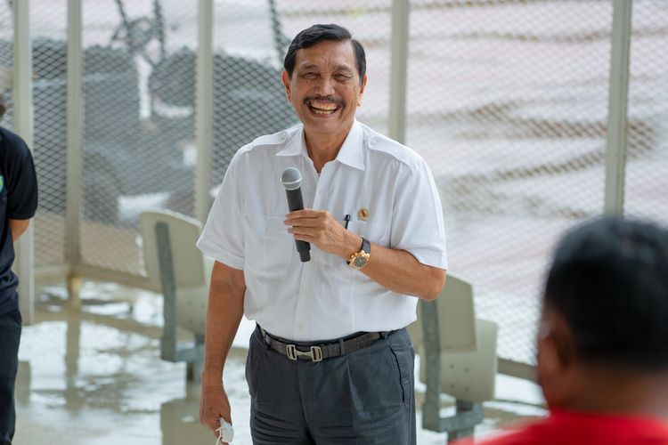Menko bidang Kemaritiman dan Investasi sekaligus Ketua Umum PB PASI Luhut Binsar Pandjaitan menyapa serta memberikan pembekalan kepada para atlet atletik di Stadion Madya Gelora Bung Karno, Jakarta, Jumat (29/1/2021).