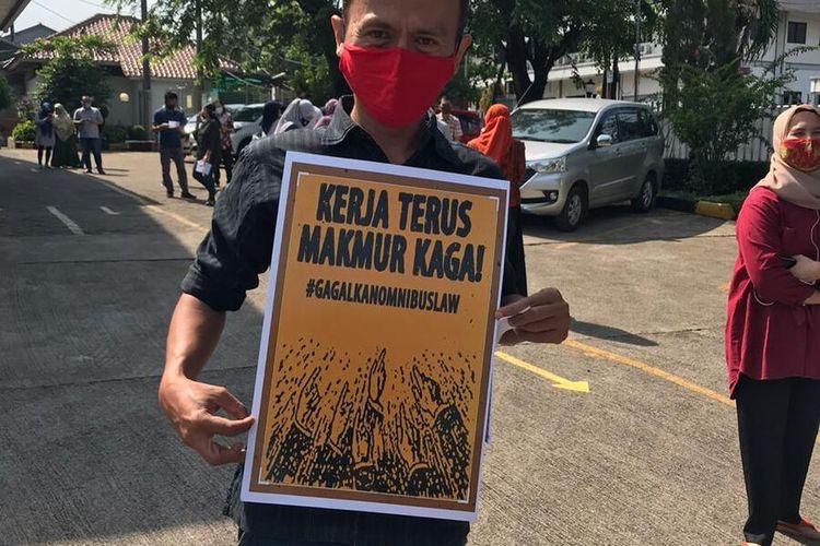 Serikat Buruh Sejahtera Indonesia (SBSI) Wilayah Kabupaten Bogor Raya mengambil bagian aksi demo menolak Undang-Undang Cipta Kerja atau Omnibus Law Ciptaker di depan PT Simba Indo Snack Makmur, Kecamatan Gunung Putri, Kabupaten Bogor, Jawa Barat, Selasa (6/10/2020).