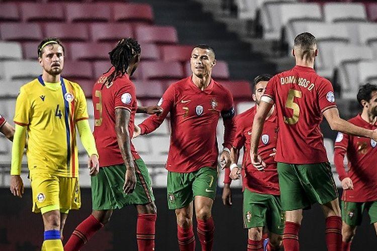 Penyerang Portugal Cristiano Ronaldo (tengah) melakukan selebrasi setelah mencetak gol dalam pertandingan persahabatan internasional antara Portugal vs Andorra di Stadion Luz di Lisbon pada 11 November 2020.