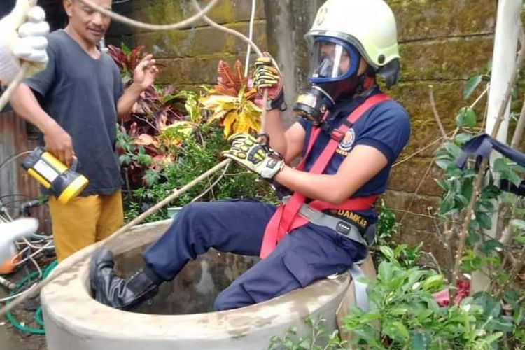 Petugas Damkar dan Kebencanaan Pemkot Salatiga mengevakuasi kucing yang terperosok di sumur.
