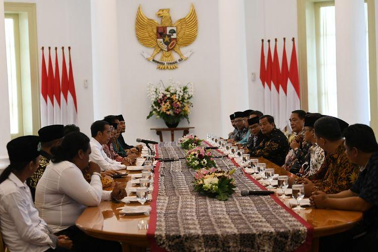 Presiden Joko Widodo (ketiga kiri) menerima pengurus ormas Forum Betawi Rempug di Istana Bogor, Jawa Barat, Senin (18/3/2019). Pertemuan tersebut dalam rangka bersilaturahmi dan mengucapkan terima kasih kepada presiden karena telah memberikan kepedulian kepada masyarakat Betawi. ANTARA FOTO/Wahyu Putro A/foc.