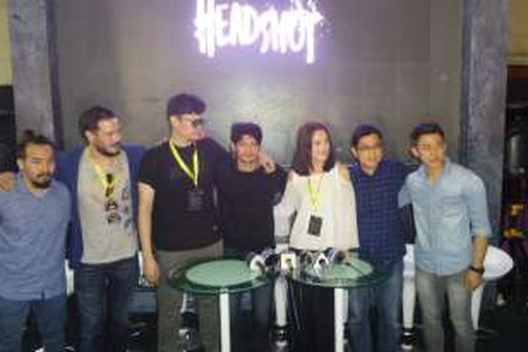 Iko Uwais bersama pemain dan sutradara film Headshot diabadikan  di Jakarta Convention Center, Jakarta Pusat, Minggu (2/10/2016).