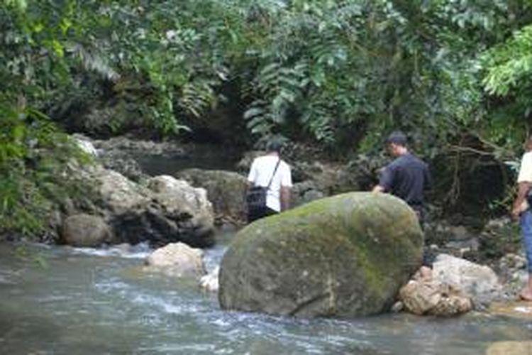 Menyusuri air Sungai Waewina di Kampung Lambaleda, Desa Tengkuleda, Kabupaten Manggarai Timur, Flores, Nusa Tenggara Timur.