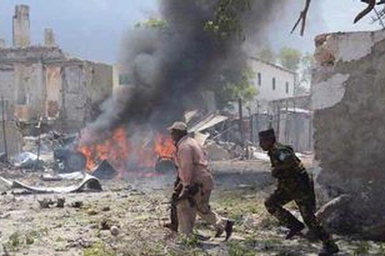 Kondisi lokasi pengadilan di Mogadishu, Somalia, pasca-serangan bom bunuh diri Minggu (14/4/2013). Mohamed Abdiwahab / AFP